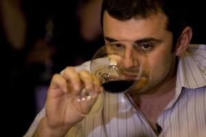 Gary Vaynerchuk bebendo vinho