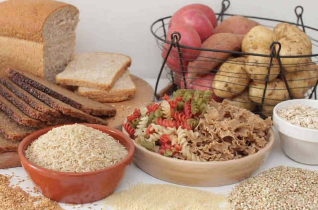 Alimentos integrais sobre a mesa.