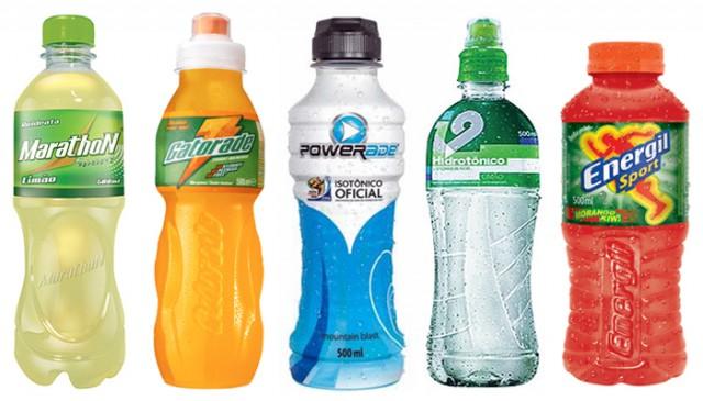 Fotografia de várias garrafas de bebidas esportivas.