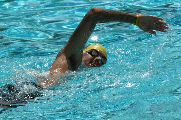 André Valongueiro nadando em uma piscina.