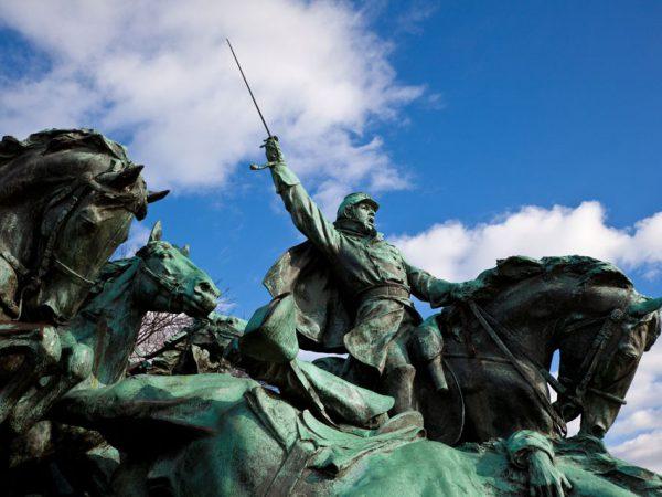 Estátua de um cavaleiro militar em combate.