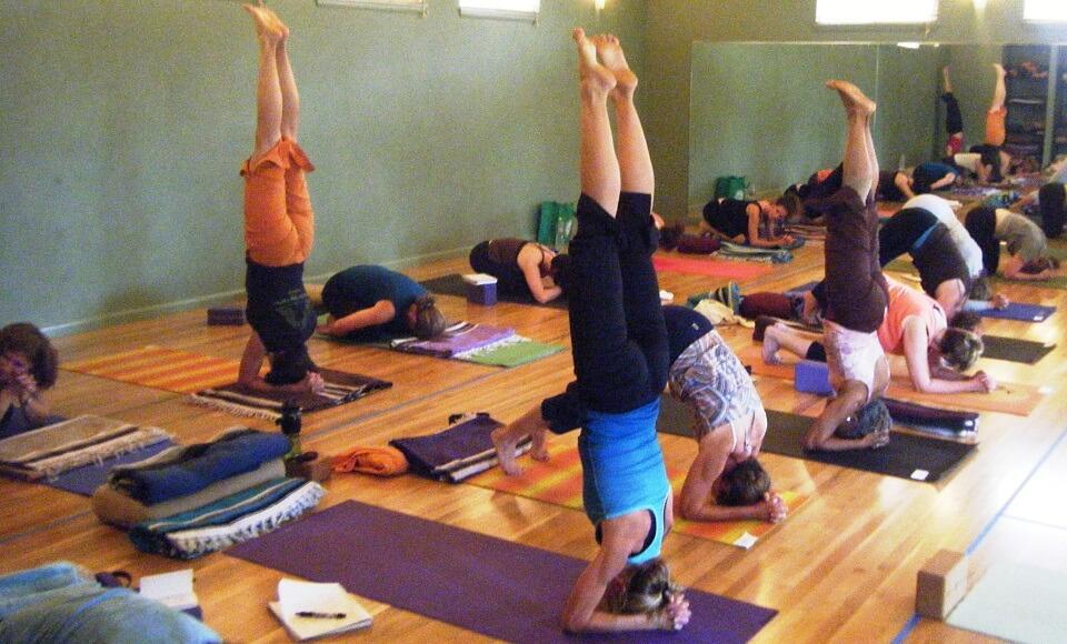 Yoga para iniciantes: aula na academia