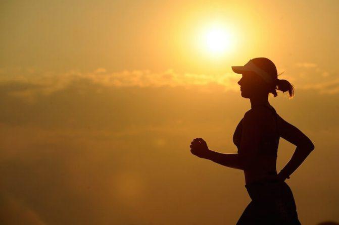 Mulher correndo em um fim de tarde.