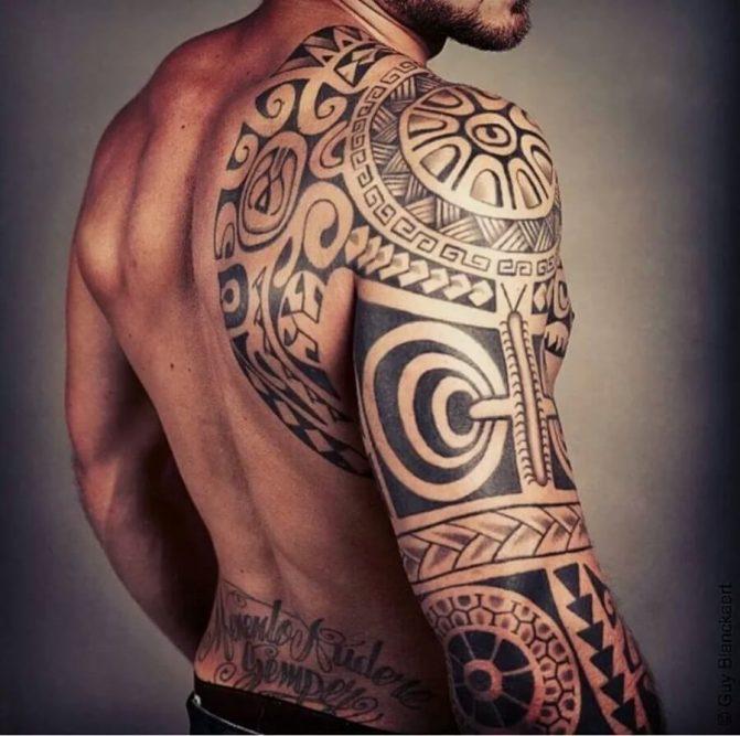 Tatuagens Maori no braço