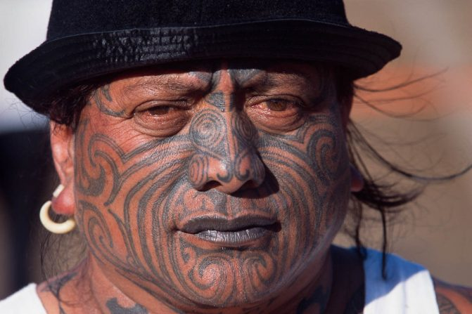 Tatuagens maori no rosto